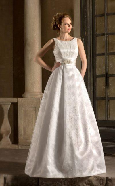 Фактурное свадебное платье с объемной юбкой «принцесса» и округлым вырезом декольте.