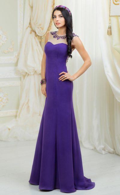 Прямое свадебное платье глубокого оттенка синего, оформленное тонкой вставкой над лифом.