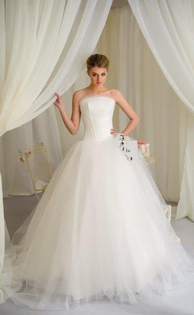 Пышное свадебное платье с открытым корсетом с декоративными швами.
