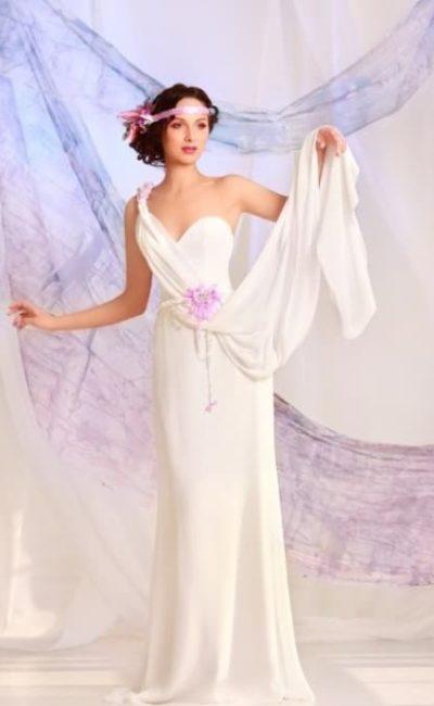 Прямое свадебное платье с асимметричным лифом и шифоновой верхней юбкой.