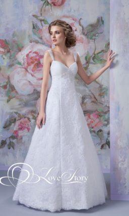 Кружевное свадебное платье с лифом в форме сердца, дополненным тонкими бретелями.