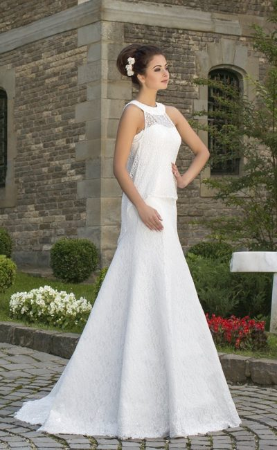 Свадебное платье «трапеция» с округлым вырезом и кружевным топом над корсетом.