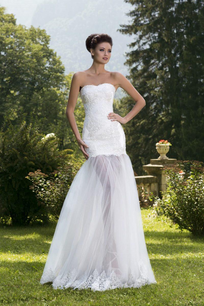 Кокетливое свадебное платье с облегающим кружевным корсетом и пышной полупрозрачной юбкой.