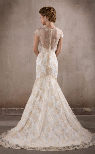 Свадебное платье «рыбка» с отделкой из золотистого кружева по всей длине и полупрозрачной спинкой.