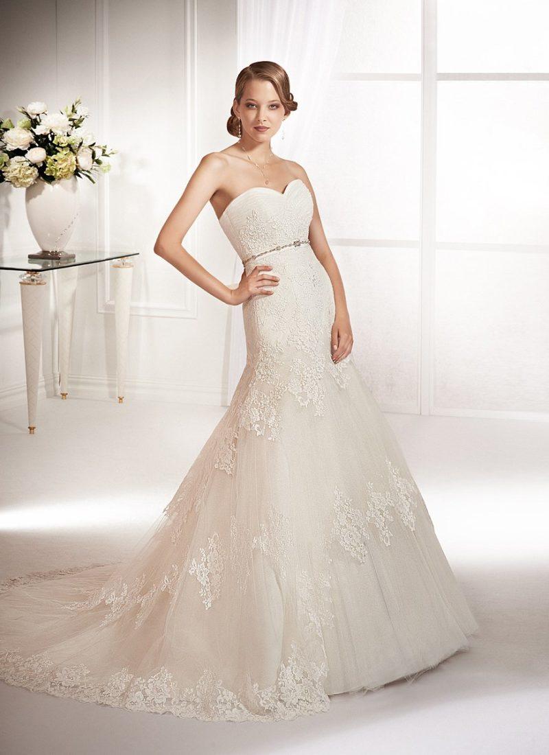 Свадебное платье с кружевной юбкой «русалка» и узким бисерным поясом на талии.