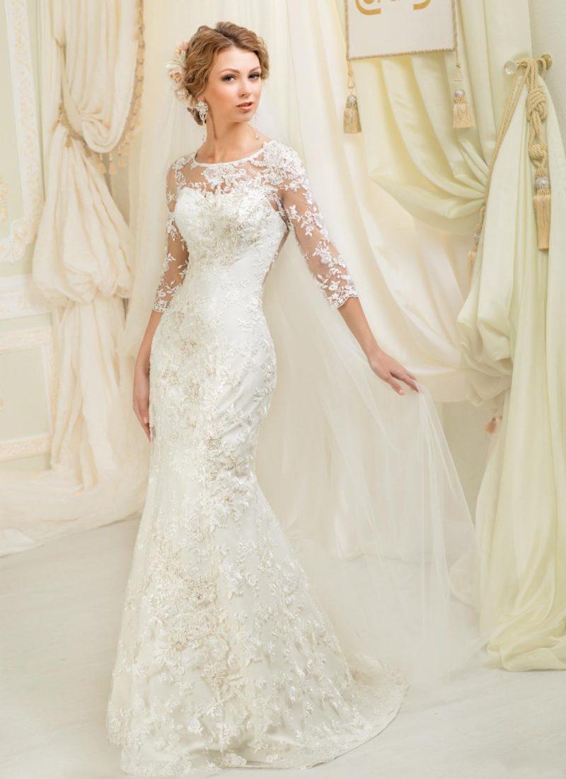 Закрытое свадебное платье «рыбка» с плотной кружевной отделкой и длинными рукавами.