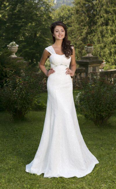 Свадебное платье облегающего кроя с лифом в форме сердца и завышенной линией талии.