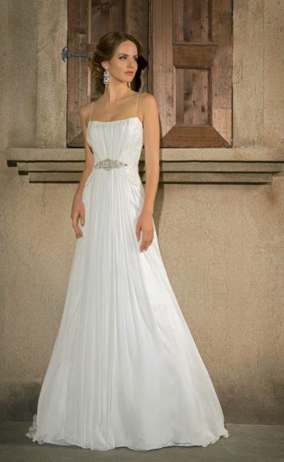 Сдержанное свадебное платье «принцесса» с бретелями-спагетти и бисерной вышивкой на талии.