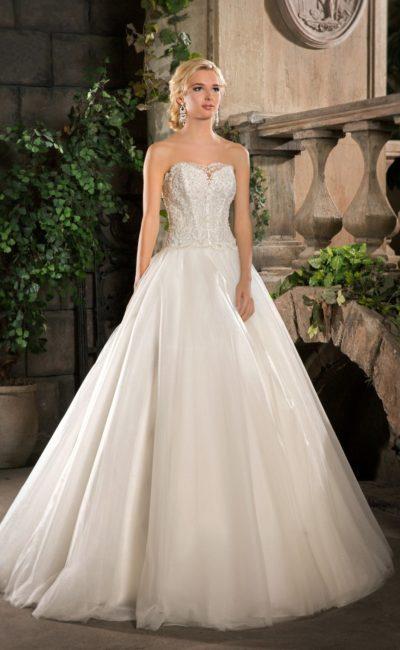 Классическое свадебное платье пышного кроя с открытым корсетом, покрытым тонким кружевом.