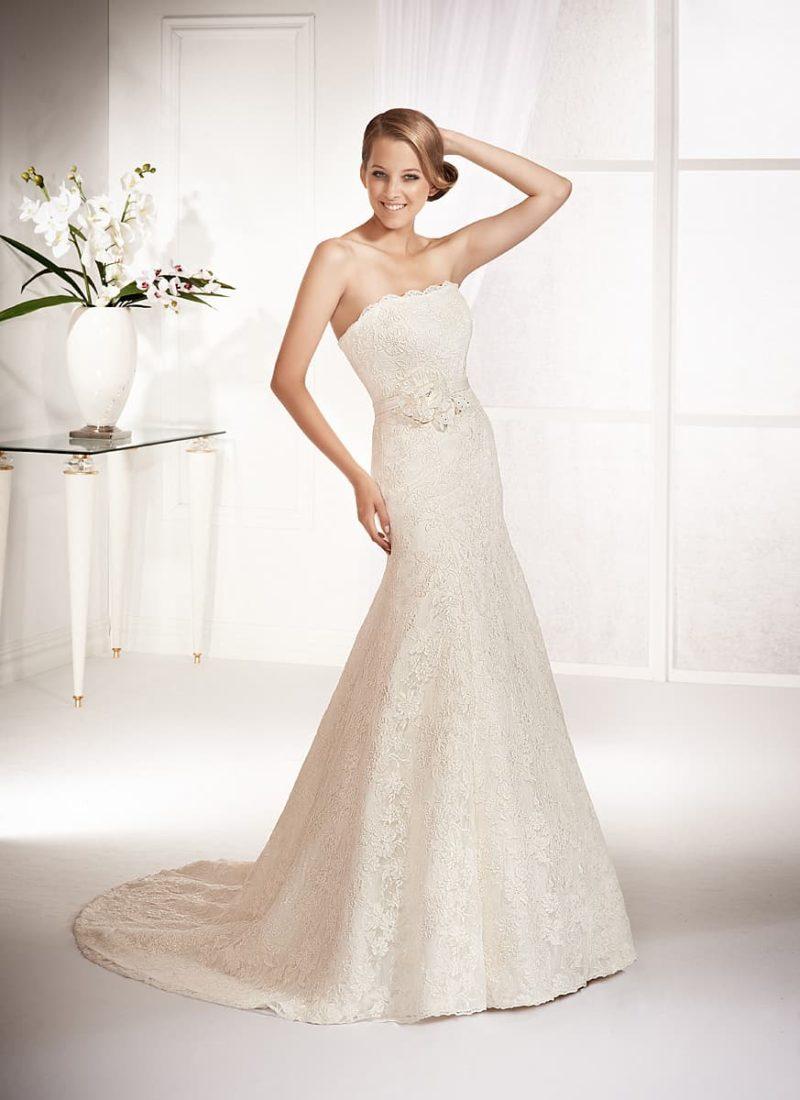 Свадебное платье «рыбка» с кружевной отделкой и лаконичным открытым лифом прямого кроя.