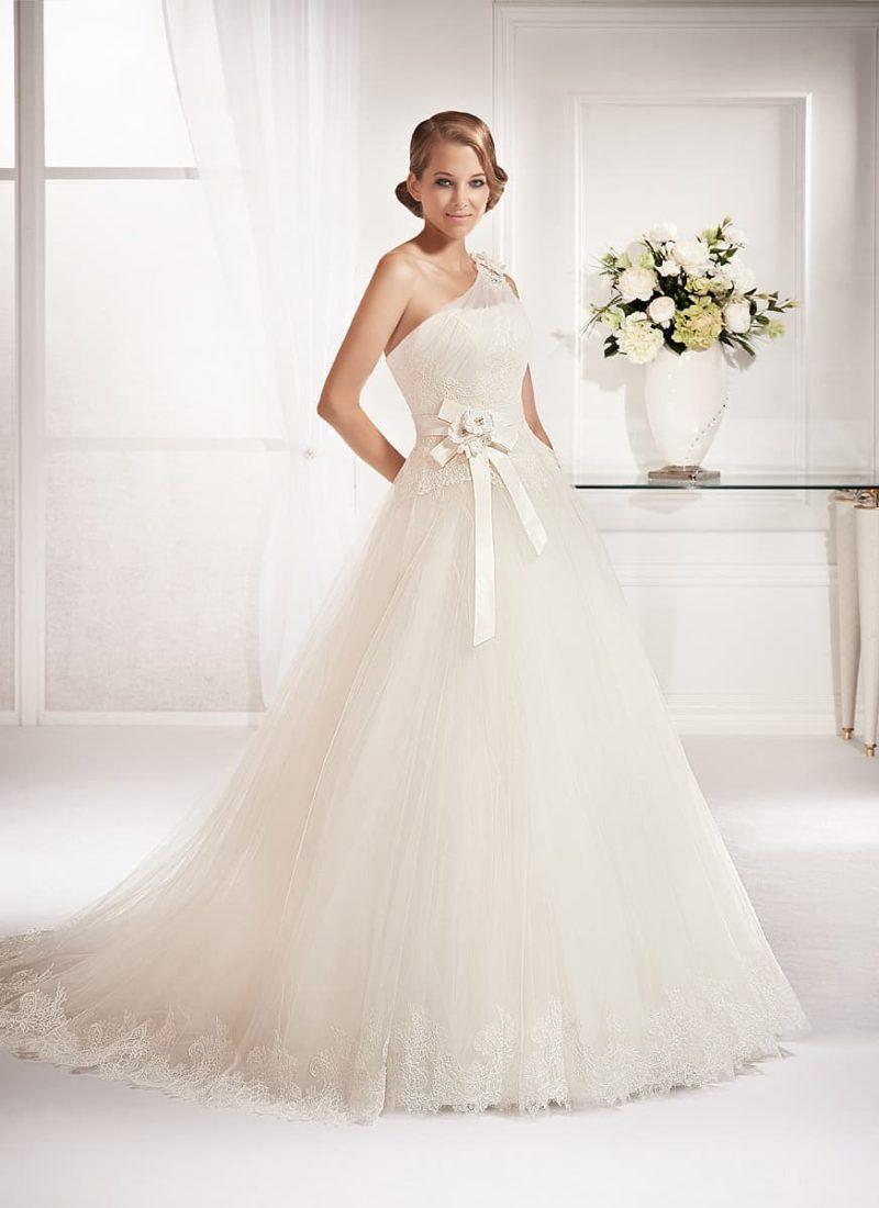 Классическое свадебное платье «трапеция» с полупрозрачной бретелью и бантом на талии.