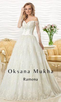 Свадебное платье с портретным декольте и длинными кружевными рукавами.