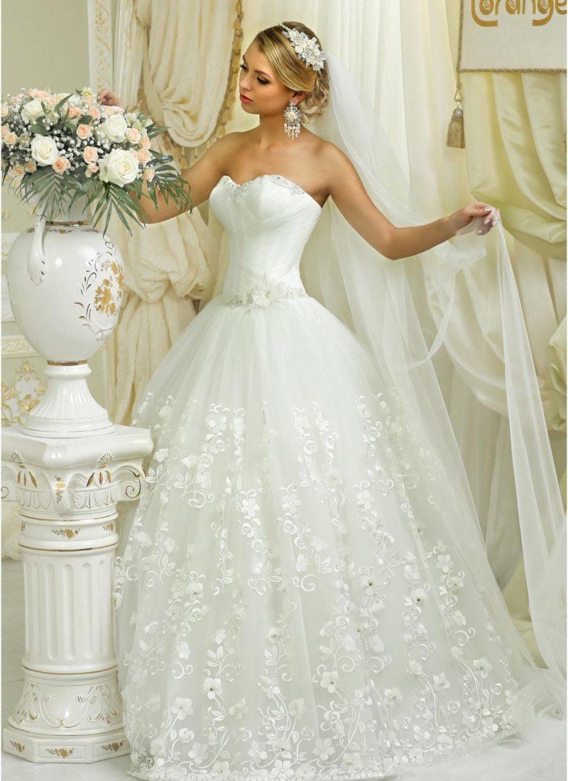 Свадебное платье с кружевной отделкой пышной юбки и стильным открытым корсетом.