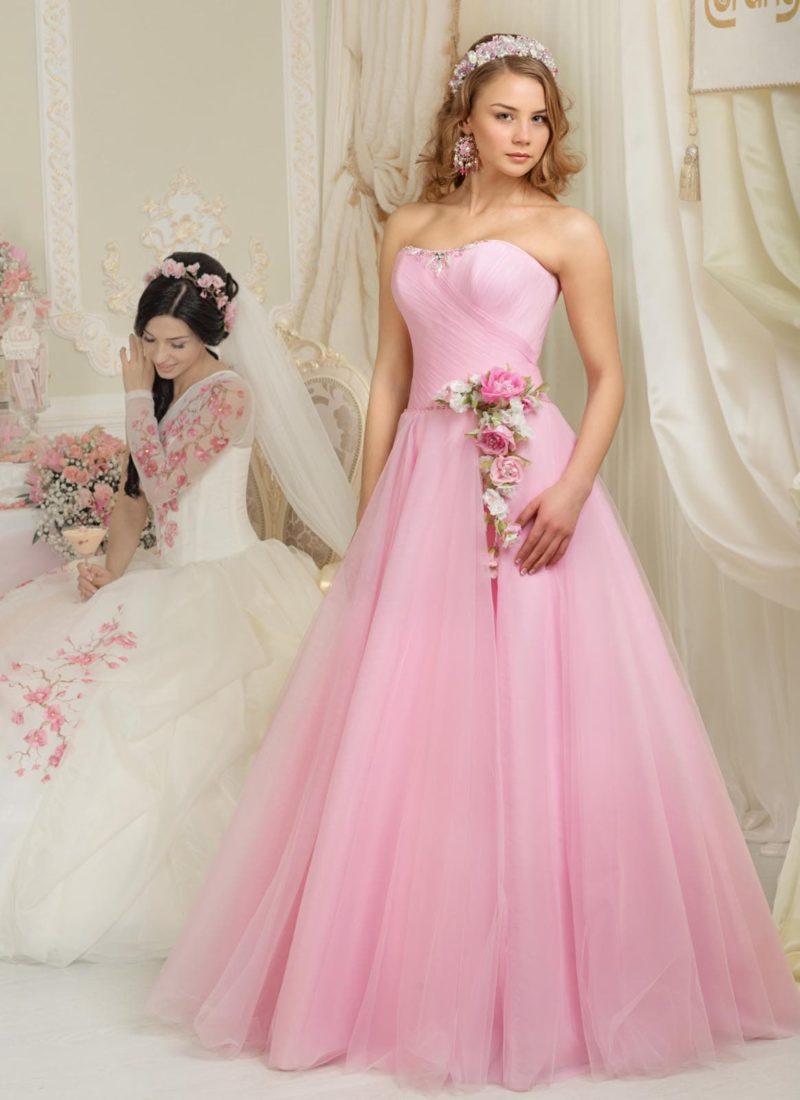 Романтичное свадебное платье розового цвета с открытым лифом, украшенным драпировками.
