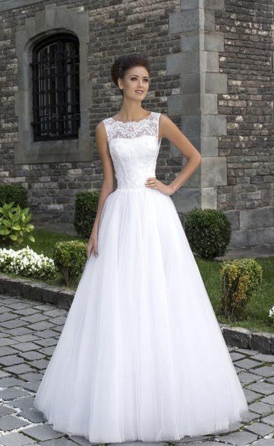 Пышное свадебное платье с фигурным декольте и широкими кружевными бретелями.