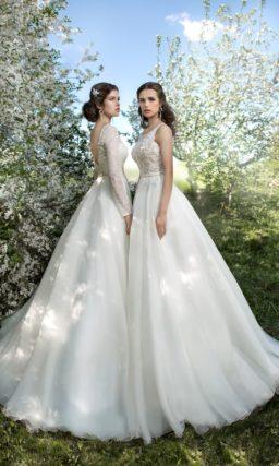 Свадебное платье «принцесса» с округлым декольте, узким атласным поясом и открытой спинкой.