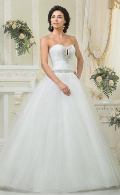 Роскошное свадебное платье с открытым лифом в форме сердца, украшенным стразами.