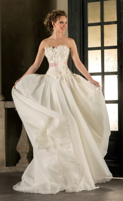 Фактурное свадебное платье «принцесса» с поясом кремового цвета и объемной отделкой.