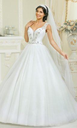 Торжественное свадебное платье с элегантными вырезом, украшенным бисерной вышивкой.