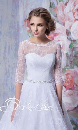 Кружевное свадебное платье с многослойным подолом и рукавом в три четверти.