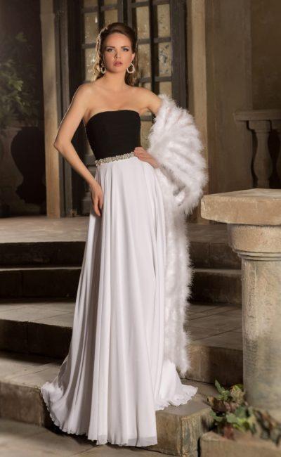Стильное свадебное платье прямого кроя с открытым корсетом черного цвета и белой атласной юбкой.