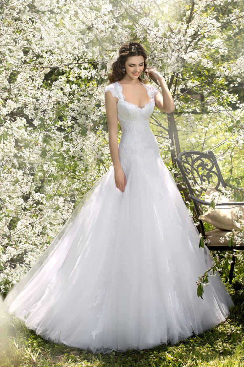 Свадебное платье пышного кроя с фигурным лифом, дополненным кружевными бретельками.