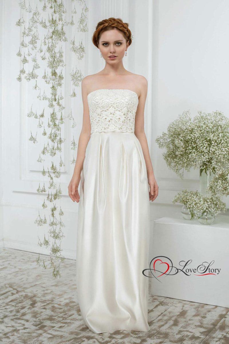 Атласное свадебное платье с прямой юбкой и кружевным корсетом.