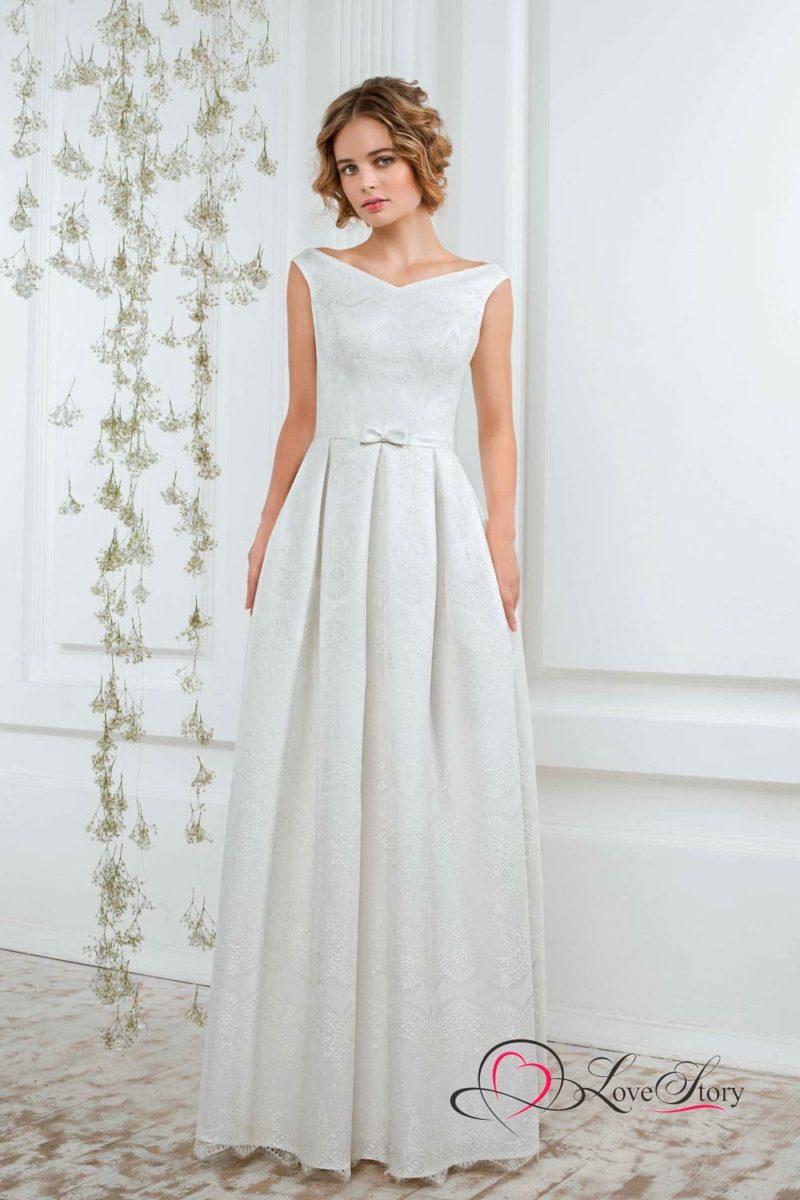 Фактурное прямое свадебное платье с элегантным V-образным вырезом и узким поясом с бантом.