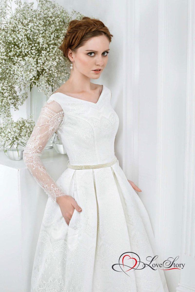 Свадебное платье с V-образным вырезом и кружевными рукавами прямого кроя.