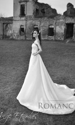 Шикарное свадебное платье с пышной юбкой, дополненной длинным шлейфом.