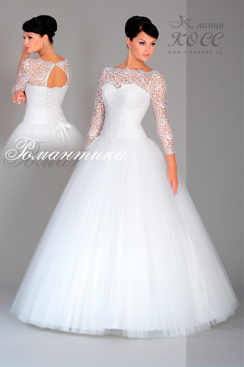 Свадебное платье с длинным кружевным рукавом, пышной юбкой и шнуровкой на спинке.