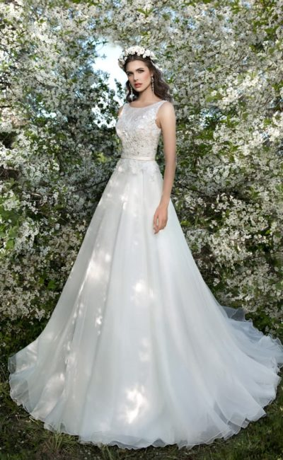 Элегантное свадебное платье с округлым вырезом и плотным слоем аппликаций по корсету.