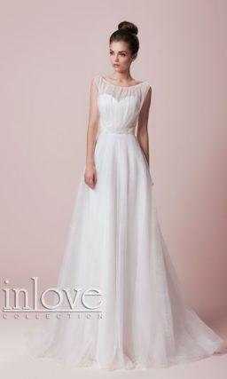Нежное свадебное платье «принцесса» с округлым вырезом и поясом, украшенным бисером.