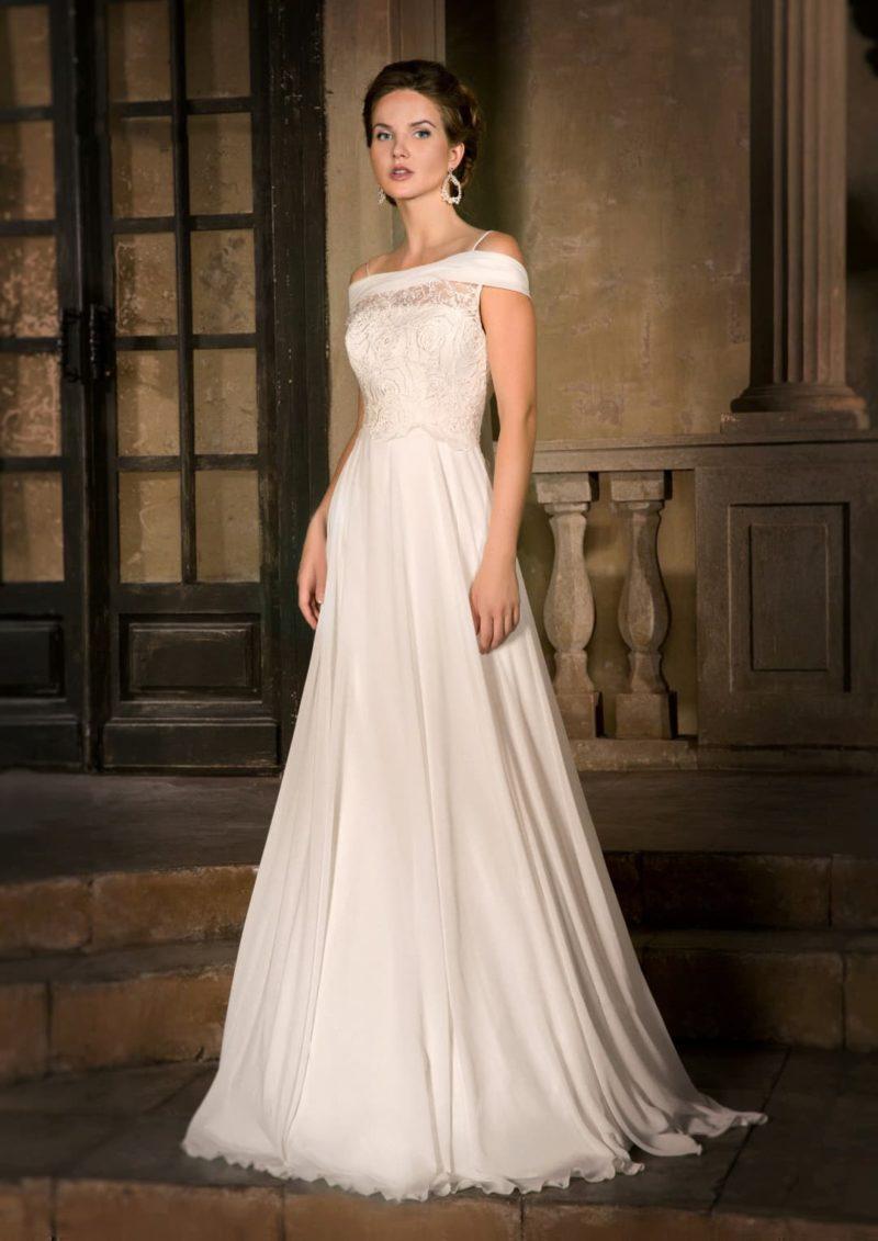 Элегантное свадебное платье с портретным декольте с атласным воротником и юбкой с драпировками.
