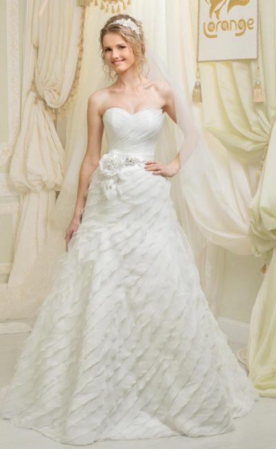 Нежное свадебное платье с пышным бутоном на уровне талии и драпировками по подолу.