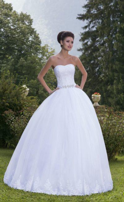 Торжественное свадебное платье с кружевным декором и узким атласным поясом с вышивкой.