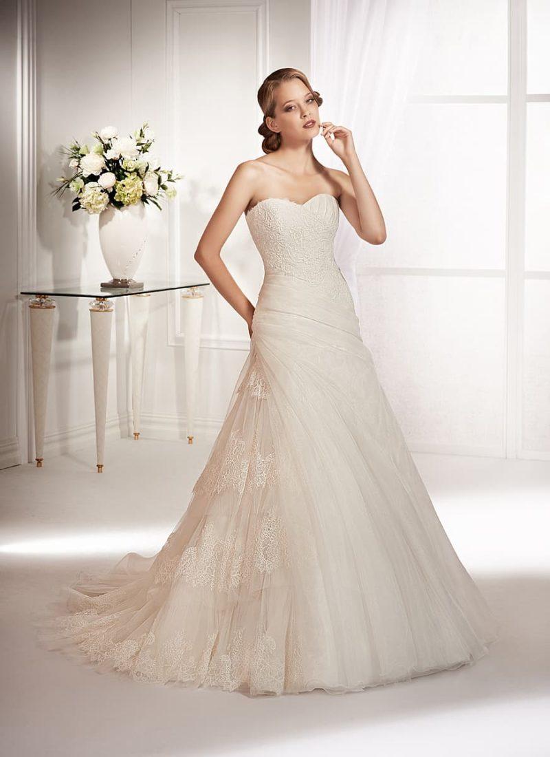 Свадебное платье с необычной кружевной отделкой сбоку по юбке и открытым лифом.