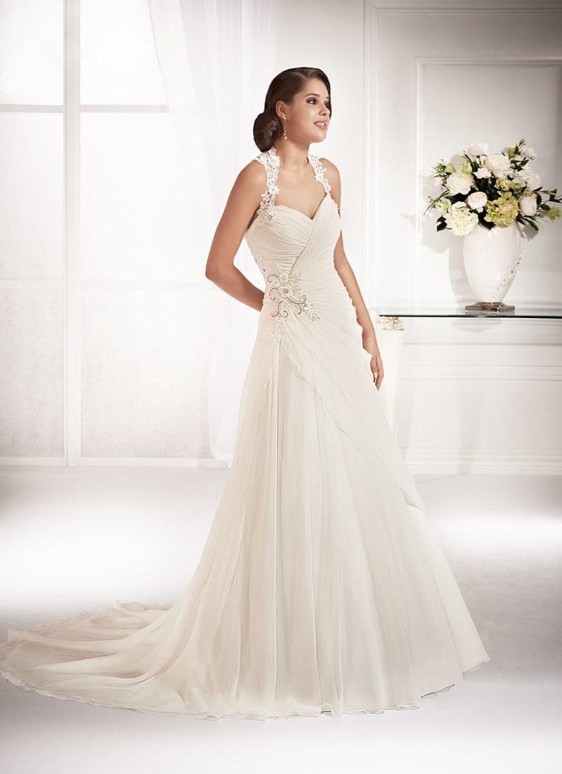 Изящное свадебное платье с бисерной вышивкой на талии и широкими кружевными бретелями.