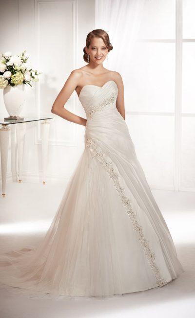 Свадебное платье «принцесса» с драпировками и вышивкой по открытому корсету.