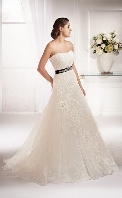 Открытое свадебное платье в утонченном стиле, с отделкой тонким слоем кружева по всей длине.
