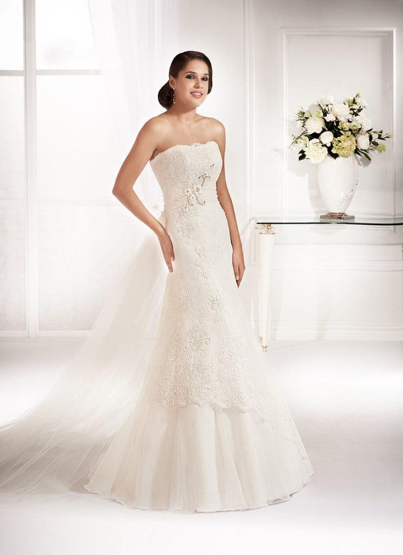 Соблазнительное свадебное платье с лаконичным прямым лифом и юбкой «русалка».