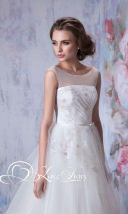 Свадебное платье с полупрозрачной вставкой на лифе и нежной вышивкой.