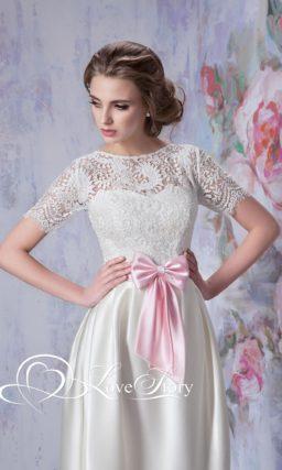 Свадебное платье с атласной юбкой-тюльпан и розовым поясом на талии.