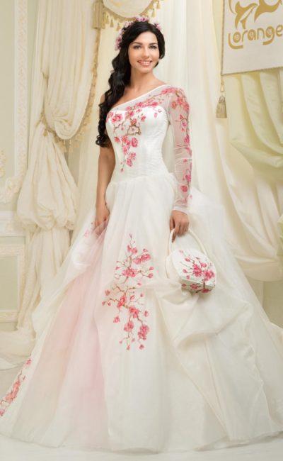 Пышное свадебное платье с асимметричным лифом и нежной розовой вышивкой.