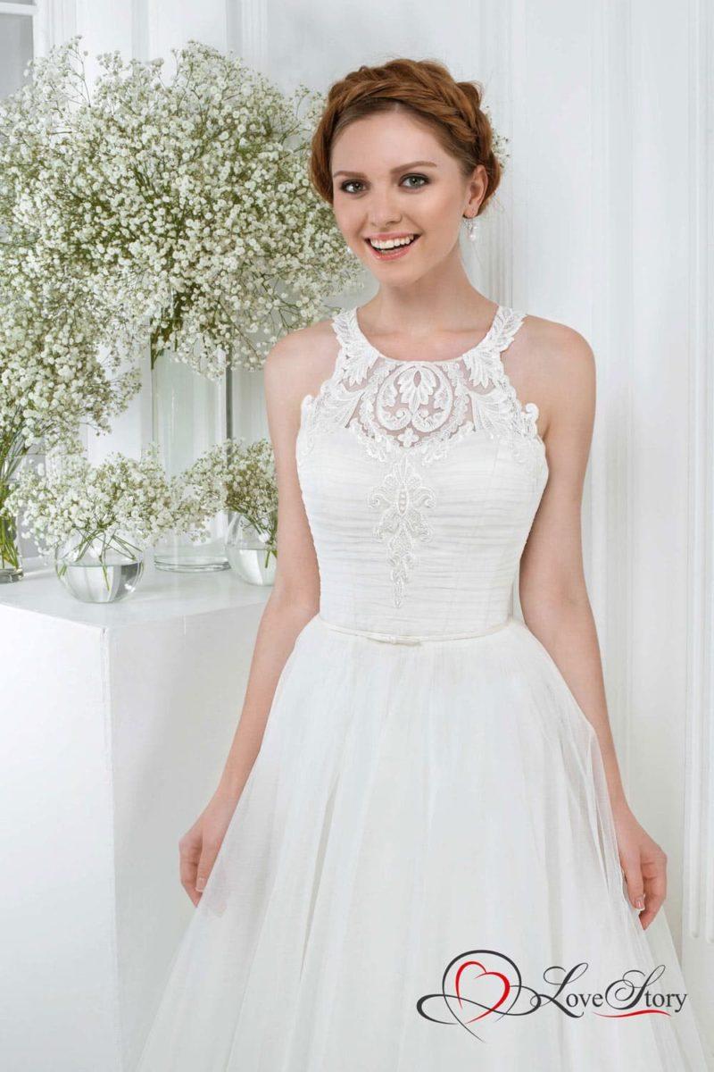 Нежное свадебное платье с объемным подолом и кружевом по лифу.