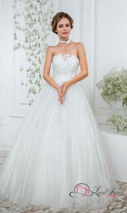 Свадебное платье с традиционным лифом в форме сердца, покрытым кружевом.