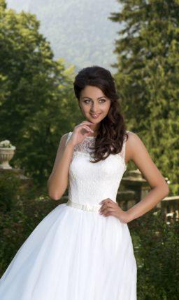 Свадебное платье с кружевным декором открытого лифа и узким поясом из атласа на талии.