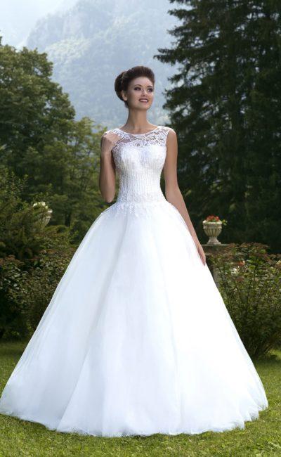 Свадебное платье с шикарной многослойной юбкой и закрытым лифом, украшенным вышивкой.