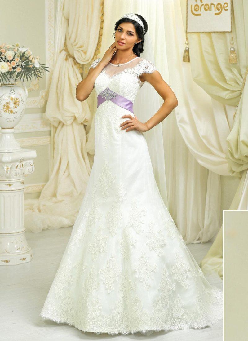 Свадебное платье «русалка» с завышенной талией, выделенной широким лиловым поясом.