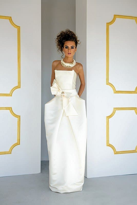 Необычное свадебное платье с оригинальной юбкой и бантом на талии.